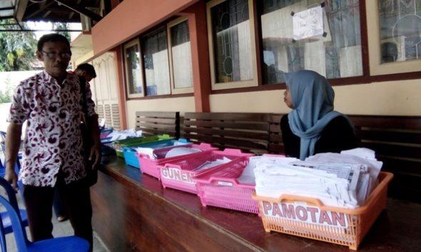 Tumpukan berkas permohonan e-KTP bermasalah di Kabupaten Rembang. Berkas ini dikembalikan kepada pemohon yang bersangkutan dan dibagi per kecamatan, gara-gara antara lain kurang cek iris mata atau NIK keliru. (Foto: Pujianto)