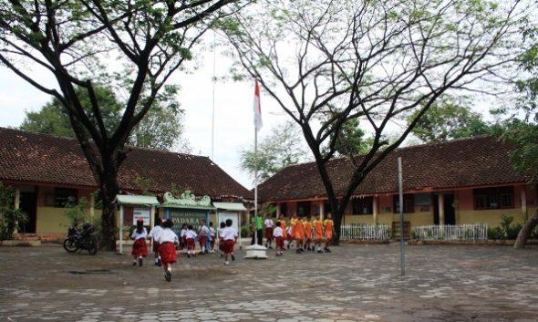 Aktivitas belajar siswa di SD Negeri Padaran Kecamatan Rembang kembali normal setelah sebelumnya sempat terjadi mogok  yang dilakukan seluruh siswa. (Foto: Pujianto)