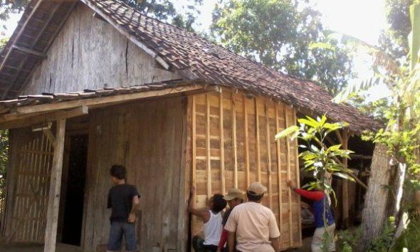 Rehabilitasi rumah tidak layak huni di Desa Gegersimo Kecamatan Pamotan, baru-baru ini. (Foto: mataairradio.com)