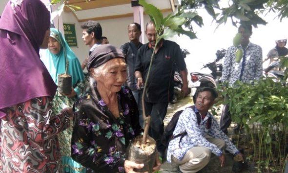 Wartawan di Kabupaten Rembang menggelar bakti sosial dengan memberikan bantuan bibit pohon produktif dan sembako kepada warga di Desa Selopuro Kecamatan Lasem, Kamis (27/10/2016) pagi. (Foto: Pujianto)