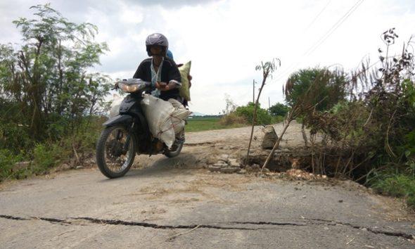 Akses Desa Kasreman menuju Desa Punjulharjo Kecamatan Rembang nyaris putus setelah gorong-gorong pada ruas tersebut amblas akibat digerus aliran air pascahujan lebat beberapa waktu lalu. (Foto: Mukhammad Fadlil)