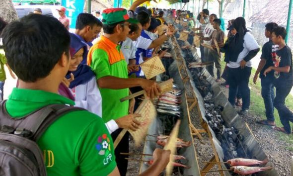 Ajak Masyarakat Gemar Makan Ikan, 3.500 Ekor Ikan Dibakar