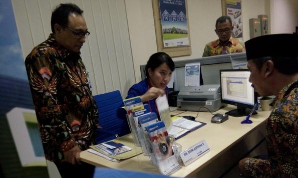 Bupati Rembang Abdul Hafidz mendapatkan penjelasan mengenai sejumlah layanan di Bank Tabungan Negara seusai hadir meresmikan pembukaan Kantor Cabang Pembantu BTN di Rembang, didampingi Direktur Utama PT BTN Tbk Maryono, Senin (28/11/2016) sore. (Foto: Pujianto)