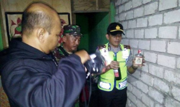 Lagi-lagi Puluhan Botol Miras Disita dari Warung Kopi