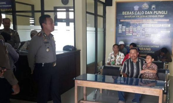 Kapolres Rembang AKBP Sugiaryo pada saat inspeksi mendadak pelayanan SIM di Satlantas Polres Rembang, Rabu (9/11/2016). (Foto: mataairradio.com)
