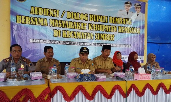 Dialog Bupati Rembang Abdul Hafidz dengan masyarakat di Kecamatan Sumber di Pendapa Kecamatan setempat, Selasa (6/12/2016). (Foto: Pujianto)
