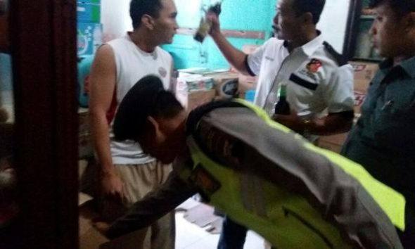 Operasi Miras di wilayah Kecamatan Lasem oleh aparat kepolisian sektor setempat, Kamis (15/12/2016) sore. Dari operasi ini, puluhan botol miras berbagai jenis ditemukan dan disita. (Foto: mataairradio.com)