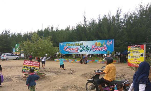 Suasana pengunjung Pantai Karangjahe di Desa Punjulharjo Kecamatan Rembang pada Sabtu (3/12/2016) sore. Jumlah pengunjung sepanjang 2016 tercatat tiga kali lipat dibandingkan jumlah pada 2015. (Foto: Mukhammad Fadlil)