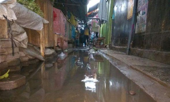 Sisa-sisa banjir di Pasar Rembang, Rabu (7/12/2016) pagi. Sistem drainase yang buruk di area dalam pasar itu menjadi sebab banjir yang mengganggu aktivitas para pedagang. (Foto: Mukhammad Fadlil)