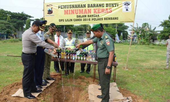 Polisi Rembang Musnahkan Ratusan Botol Miras