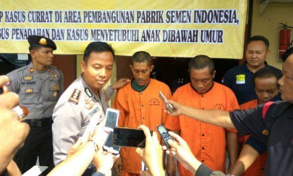 Tiga tersangka pelaku pencabulan dan persetubuhan terhadap anak di bawah umur diungkap kepada publik pada jumpa media di Halaman Satreskrim Polres Rembang, Kamis (8/12/2016) pagi. (Foto: Mukhammad Fadlil)