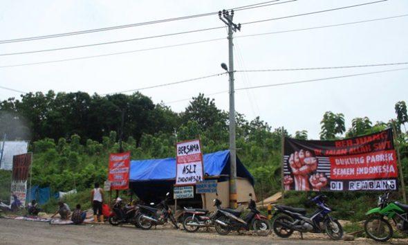 Warga dari sejumlah desa di Kecamatan Gunem mendirikan tenda sebagai simbol perjuangan mereka mendukung beroperasinya pabrik semen milik PT Semen Indonesia (Persero) Tbk di Kabupaten Rembang, Jumat (30/12/2016). (Foto: Pujianto)