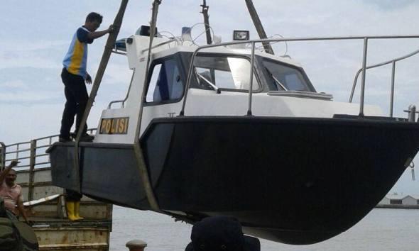 Bantuan speedboat berkekuatan 85 PK dari Mabes Polri untuk Polres Rembang, Sabtu (3/12/2016). (Foto: mataairradio.com)