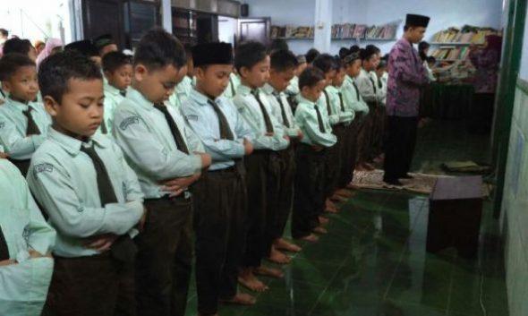 261 siswa Sekolah Dasar Islam Terpadu (SDIT) Avicenna Lasem menggelar salat gaib, tahlil, dan doa bersama untuk para korban gempa Aceh, Kamis (8/12/2016) pagi. (Foto: mataairradio.com)