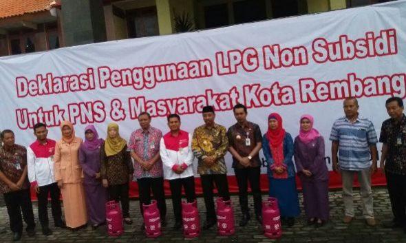 Aparat Sipil Negara (ASN) di Kabupaten Rembang melakukan deklarasi penggunaan elpiji nonsubsidi bright gas 5,5 kilogram, Rabu (4/1/2017) pagi di Halaman Kantor Bupati Rembang. (Foto: Mukhammad Fadlil)