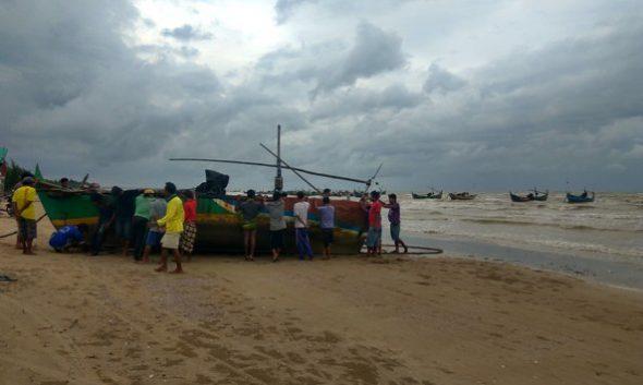 Cuaca Buruk, Nelayan Rembang Mogok Melaut