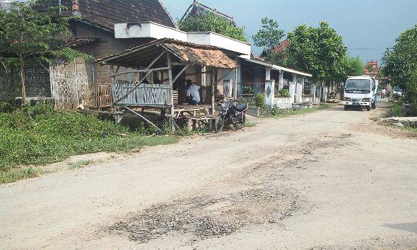 Mobilisasi Kendaraan Pembangunan Pabrik Picu Kerusakan Jalan