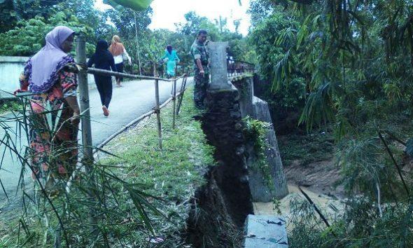 Hujan Deras Picu Longsor Tebing Jembatan Tanjung