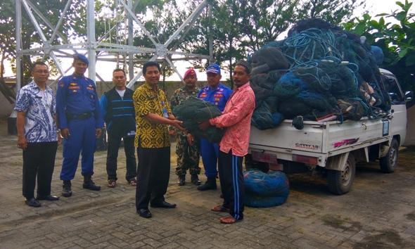 Ratusan Jaring Trawl Nelayan Rembang Sukarela Diserahkan