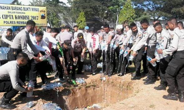 Ribuan Botol Minuman Keras Dimusnahkan di Rembang