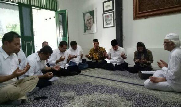 Menteri BUMN Sowan Gus Mus Mohon Doa Ini