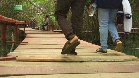 Wisatawan Diminta Waspadai Pelapukan Kayu Jembatan Merah
