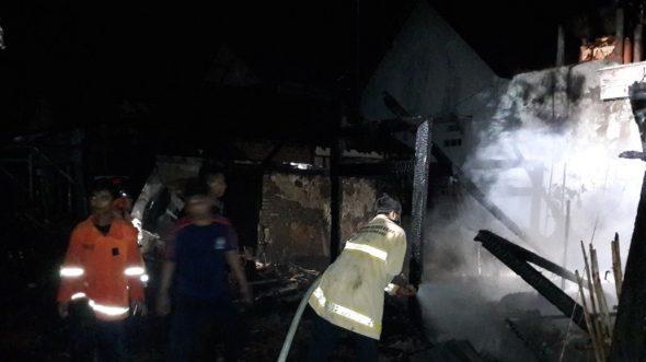 Gara-gara Korsleting Sebuah Rumah Ludes Terbakar