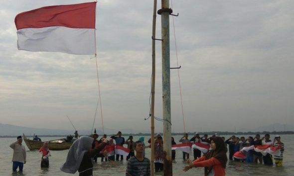 Puluhan Pemuda Upacara di Laut Bekas Pelabuhan Era Belanda