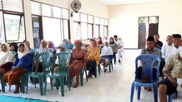 Fatayat Rembang Dampingi Lansia Mengaji di Panti Jompo