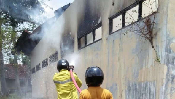 Dua Kasus Kebakaran Paksa Regu Pemadam Berjibaku