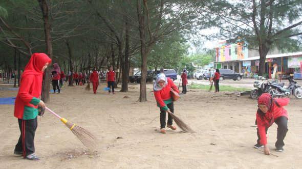 Ratusan Ibu Bersihkan Pantai Karangjahe
