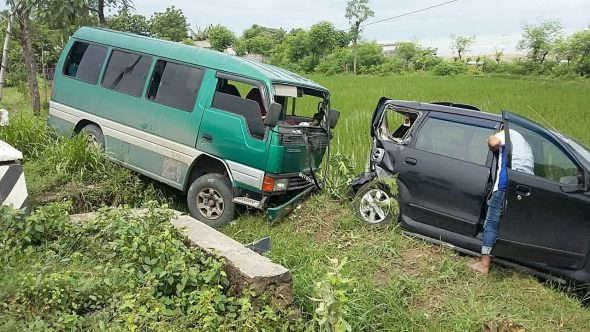 Diduga Sopir Mengantuk, Minibus Tabrak Avanza Parkir