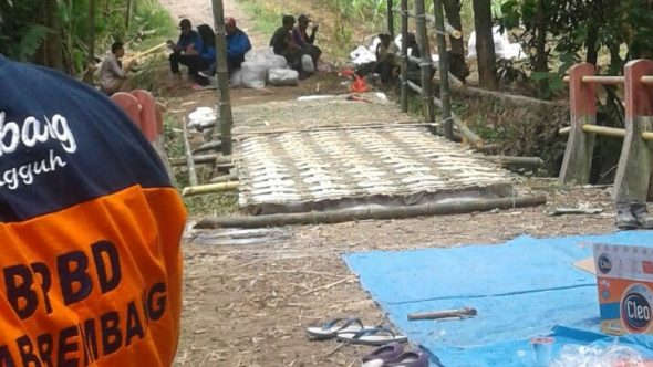 Jembatan Semangkon Putus, Warga Bikin Akses Darurat
