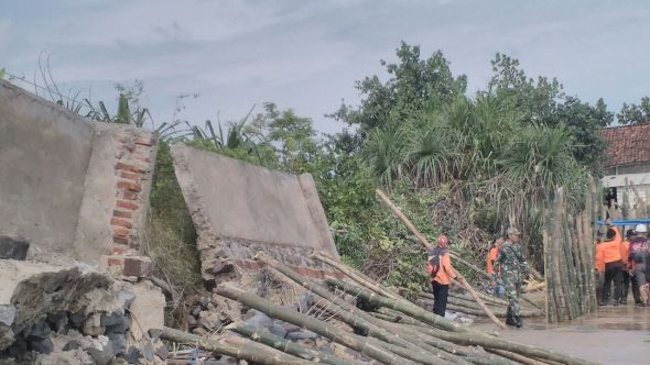 Penanganan Sementara Abrasi Pantai Kragan Diprediksi Bertahan Enam Bulan