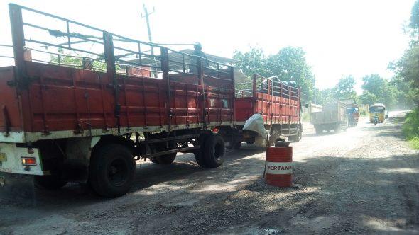 Warga Tanam Drum Bekas Protes Jalan Rusak Pamotan-Sedan