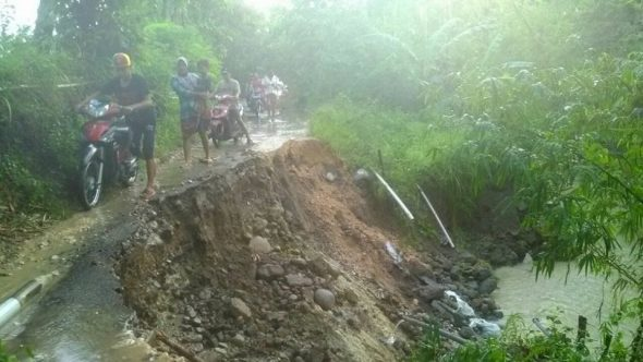 Diguyur Hujan Deras, Jalan Penghubung Tiga Pedukuhan Longsor