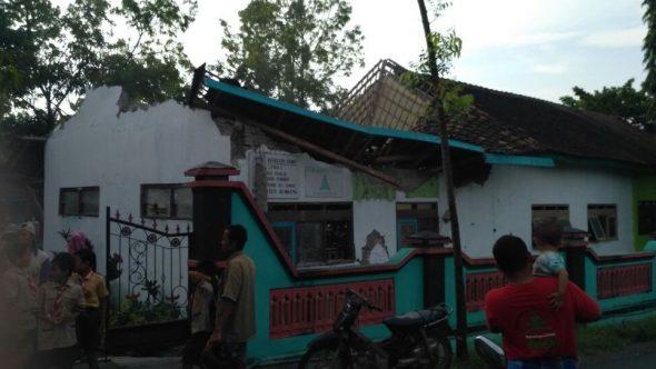 Tua, Atap Gedung SD Negeri 1 Krikilan Runtuh