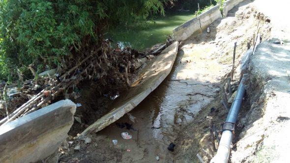 Warga Resah Talut Sungai Babagan Ambrol Belum Diperbaiki