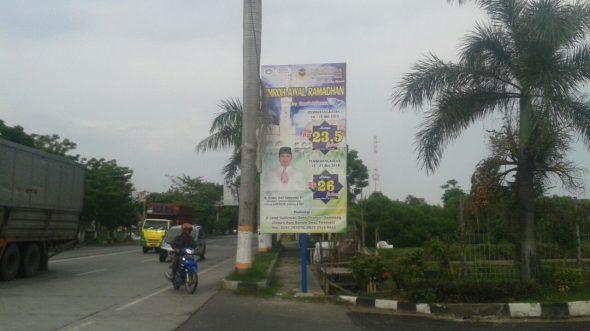 Satpol Tegur Lagi Pemasang Reklame di Trotoar