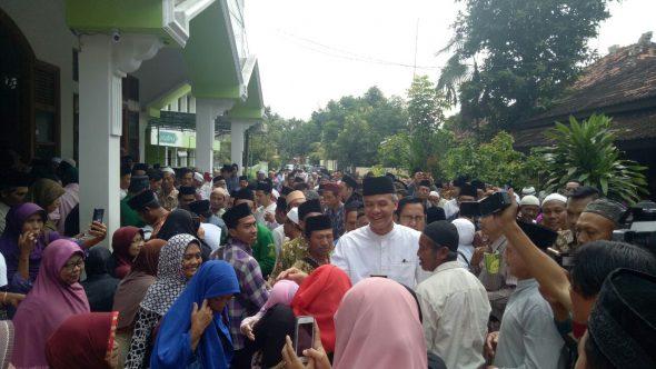 Ganjar-Yasin Ngaji Jumat Bareng Gus Mus di Rembang