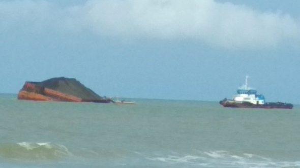 Diterjang Ombak, Kapal Tongkang Terdampar di Pantai Balongmulyo