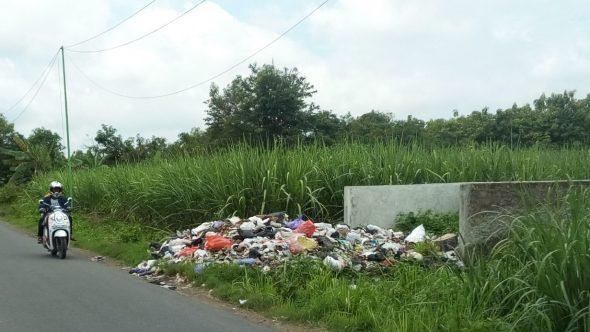 Dikeluhkan, Sampah Menggunung di Selatan Pertigaan Jeruk
