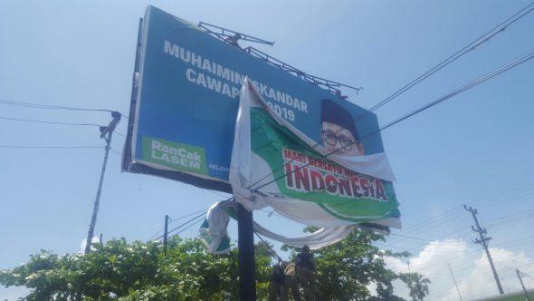 Panwas Turunkan Alat Peraga Kampanye Ilegal dan Baliho Parpol