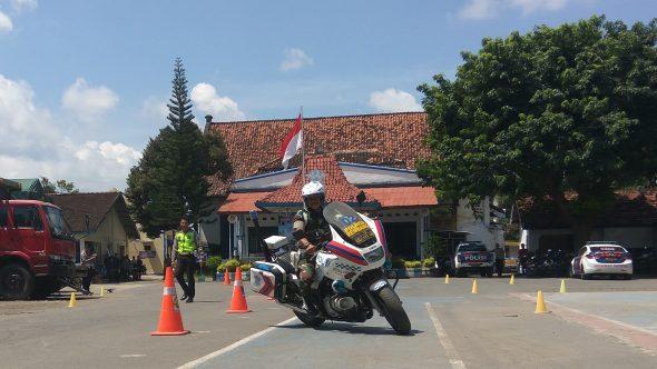Polisi Ajari Anggota TNI Berkendara secara Benar
