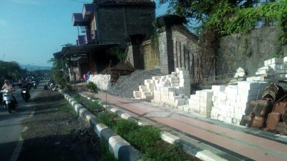 Material Bangunan di Tengah Trotoar di Pamotan Ditertibkan