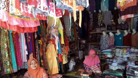 Jelang Lebaran, Baju Setelan Laku Keras di Pasar Rembang