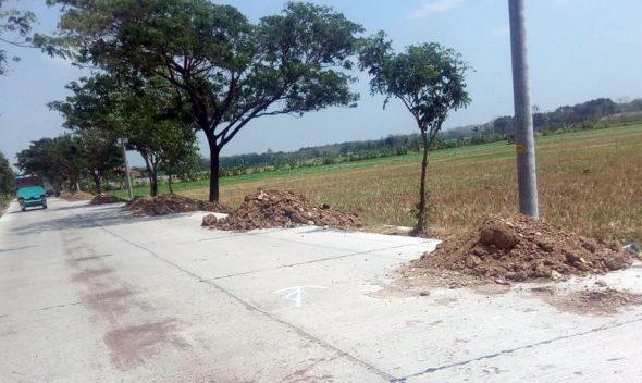 Warga Soroti Gundukan Material Bangunan di Bahu Jalan