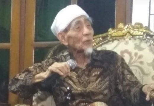 Kiai Maimoen Dimakamkan Dekat Gurunya di Mekkah