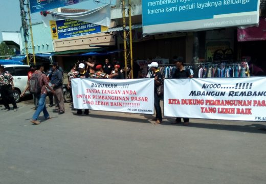 Puluhan Anggota LSM Gelar Aksi Dukung Pasar Rembang Pindah