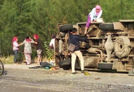 Mini Bus Berisi 17 Orang Terguling di Pantura Tritunggal
